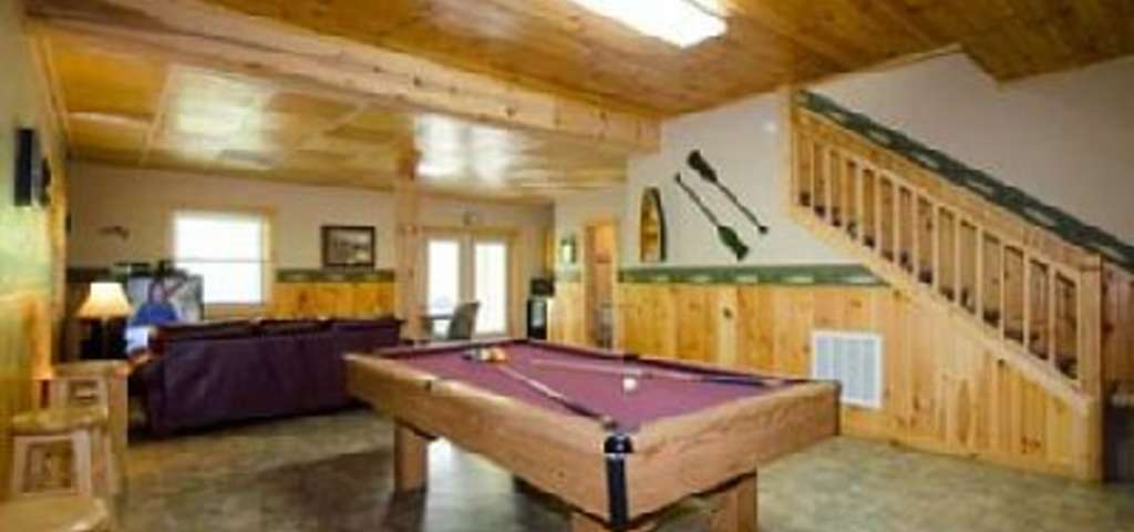 HUGE Cabin Great Amenities Pool Table Ping Pong Hot Tub And - Huge pool table